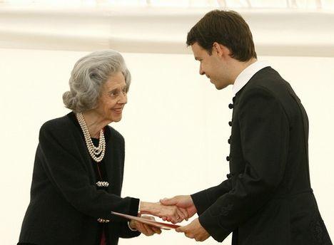 Brickner Szabolcs átveszi a díjat Fabiola belga királynétől