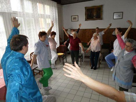 az idősek is tudják ezt a jógát csinálni