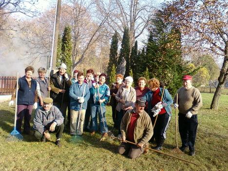 Gönyűi Nyugdíjasklub a templomnál