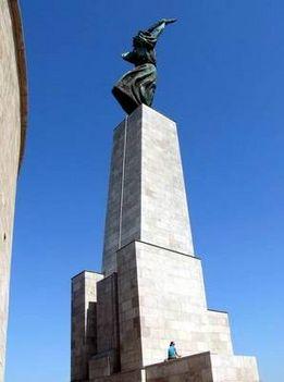 a szobor hátulról