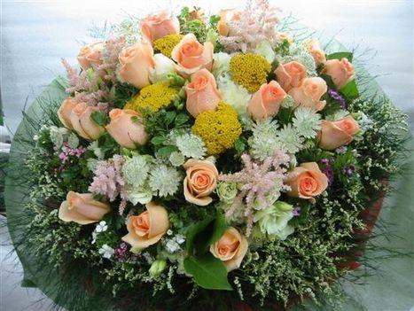 barackrózsaszín rózsák csokorban