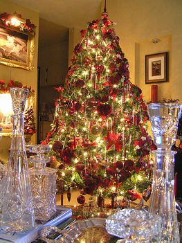 piros-arany karácsonyfa arany környezetben