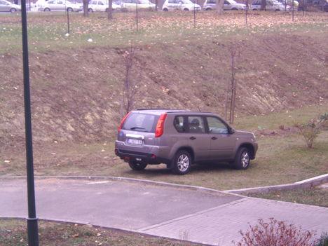 Igy kell parkolni a 18ker. Szent Lőrinc Sétányon :-((( 1