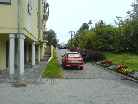 Igy kell parkolni a 18ker. Szent Lőrinc Sétányon :-((( 5