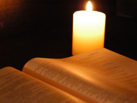 biblia gyertyával