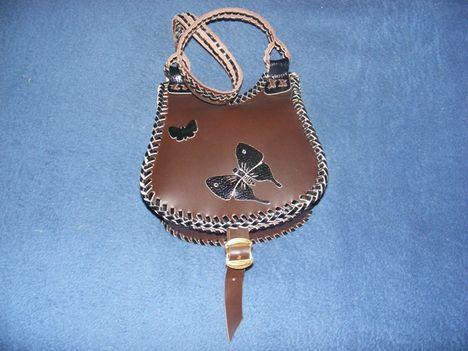 Szegecs nélkül készült  női táska