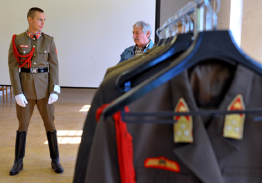Felújított egyenruháját próbálja az új koronaőr csoport