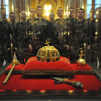 Koronaőrök az apostoli Szent Koronánknál