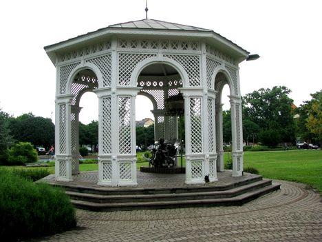 zenepavilon  Kálmán Imre szobrával