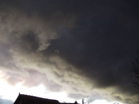 Sötét felhők gyülekeznek hazánk..............