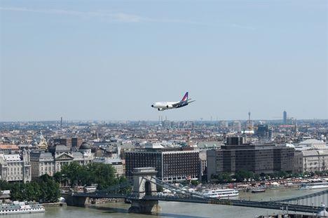 Malév repülőgép tiszteli meg a fővárost
