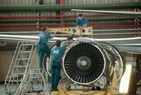 2000. repülőmotor szerelés a Malév  hangárban