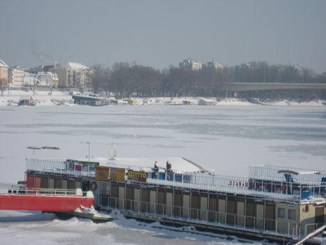 A befagyott Tisza az úszóház közelről