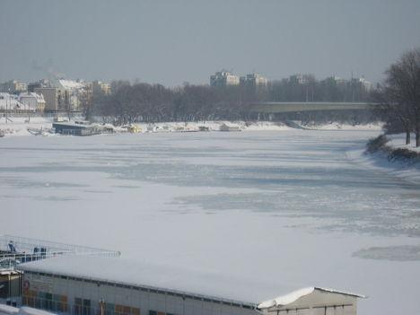 A befagyott Tisza hóval borítva