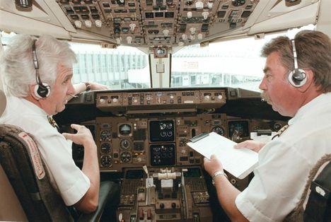A Malév egyik Boeingjének pilótafülkéjében Koloszár Péter kapitány és Bakó Attila első tiszt 2000