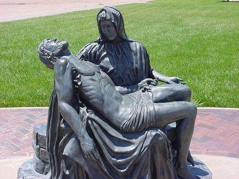 13.állomás Jézust Édesanyja ölébe helyezik