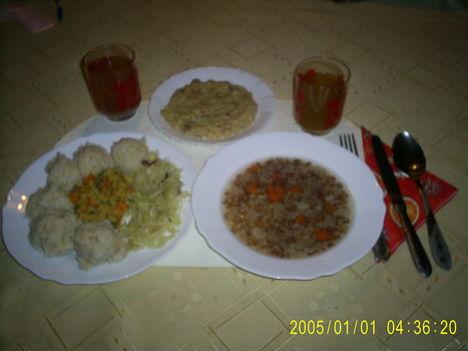 Hajdina leves, vöröslencse ragu barnarizskörettel, savanyúval, köles desszert, árpa tea, édesital