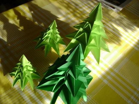 papírból karácsonyfák