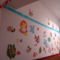 Gyerekek rajzai a falon