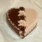 Szív torta drapp-barna díszítéssel