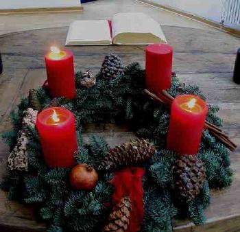 Karácsonyi asztaldísz adventi koszorúval
