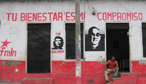 Kubában, Nicaraguában és Chilében harcolt forradalmár ül a lépcsőn