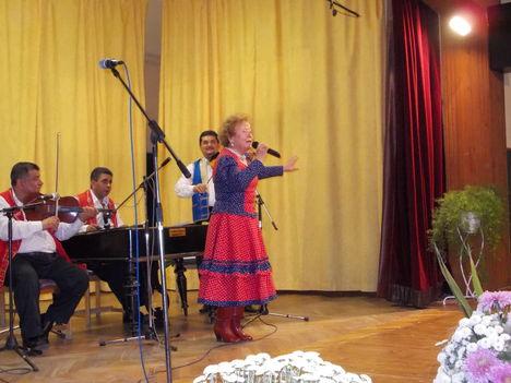 Cseh Judit énekel ...