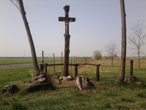 Új keresztfa Gönyű határában.