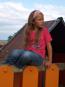 Kislányom a játszótéren