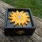fekete csillogós dobozka napraforgóval