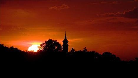 Naplemente Győrújbarátról - előtérben a csanaki templom