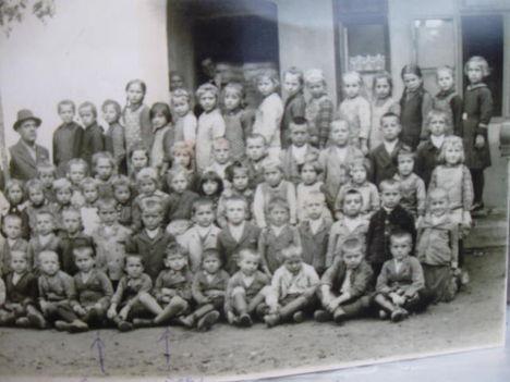 Veszkényi Elemi Iskola egykori diákjai  Bősze János tanítóval