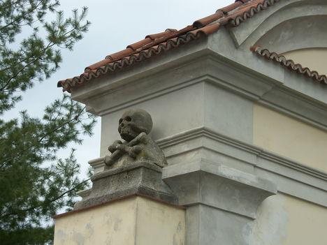 csontkápolna bejárata