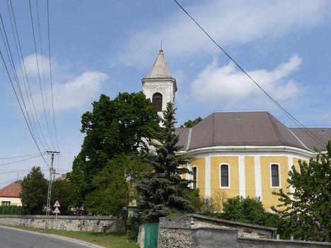 Hajmáskér  Szentháromság templom 2
