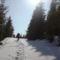 Még mindig vastagon áll a hó a hegyre vezető úton