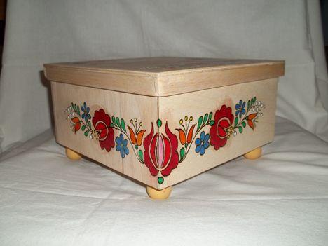 kalocsai mintás festett ,nagyobb doboz,golyó lábakon