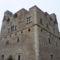 A torony falai lőrésekkel és reneszánsz ablakkeretekkel