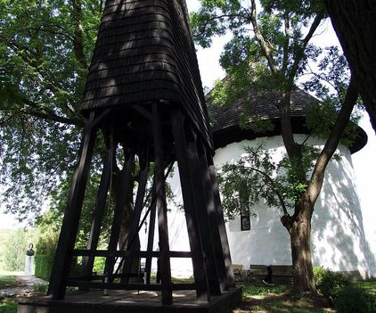 Árpádkori templom harangtoronnyal.