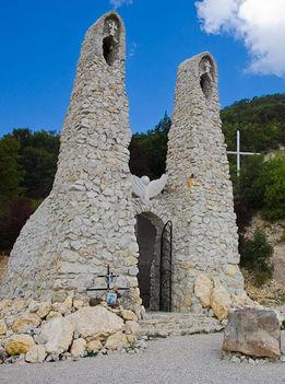 Pilisszántó sziklatemplom őrtornyai