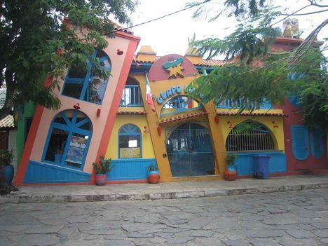 Érdekes, színes épület Búziosban