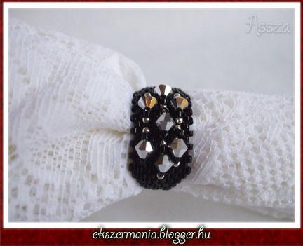 Fekete gyűrű kristályokkal