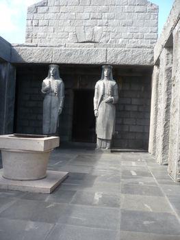 Nők a fejükön tartják  a bejáratot
