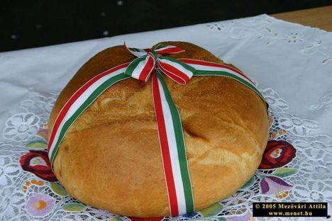 Szent kenyér - keresztet vetettek a tésztájára