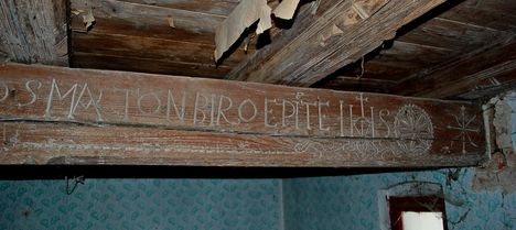 1762-ben faragott mestergerenda.
