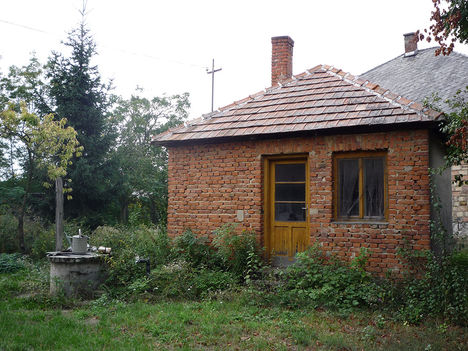Nyárikonyha, melyben megtalálható Kóny egyik első fürdőszobája, és fatüzelésű bojlerja