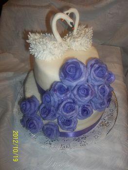 Lila rózsás hattyúkkal torta