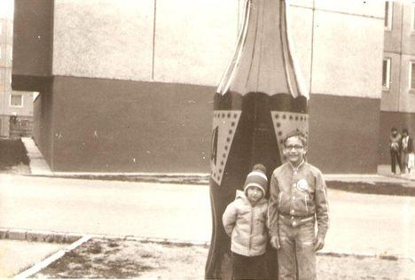 Reklám üveg Felszabadulás u 20-as ház előtt 1982.Most Juharfa u.