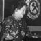 Nyiri Erzsi énekel