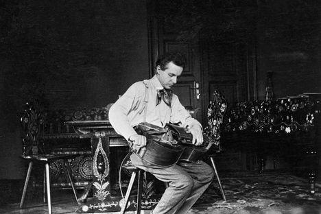 Bartók Béla tekerőn játszik budapesti otthonában (1908, MTA Zenetudományi Intézet Bartók Archívum fotótárából)