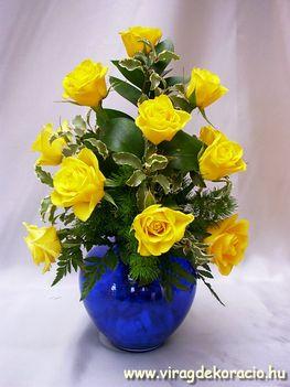 Sárga rózsák kék vázában